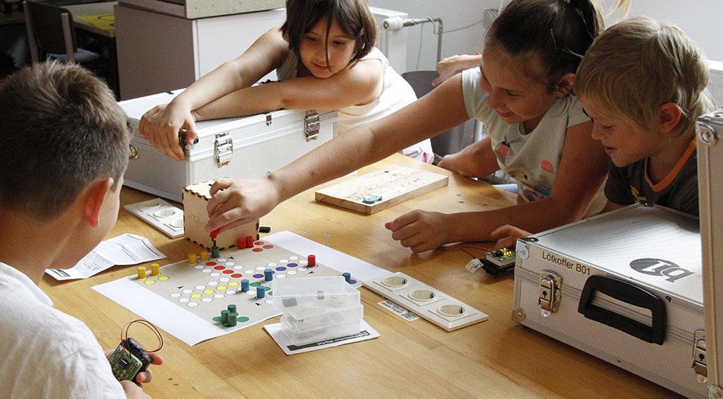 Brettspiel mit elektronischem Würfel